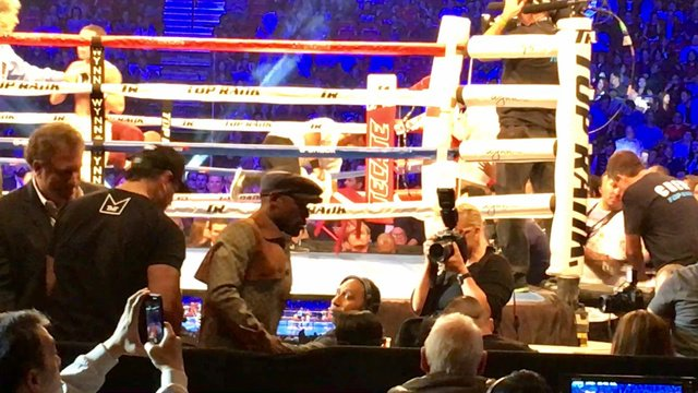 Mayweather attends Pacquiao-Vargas fight