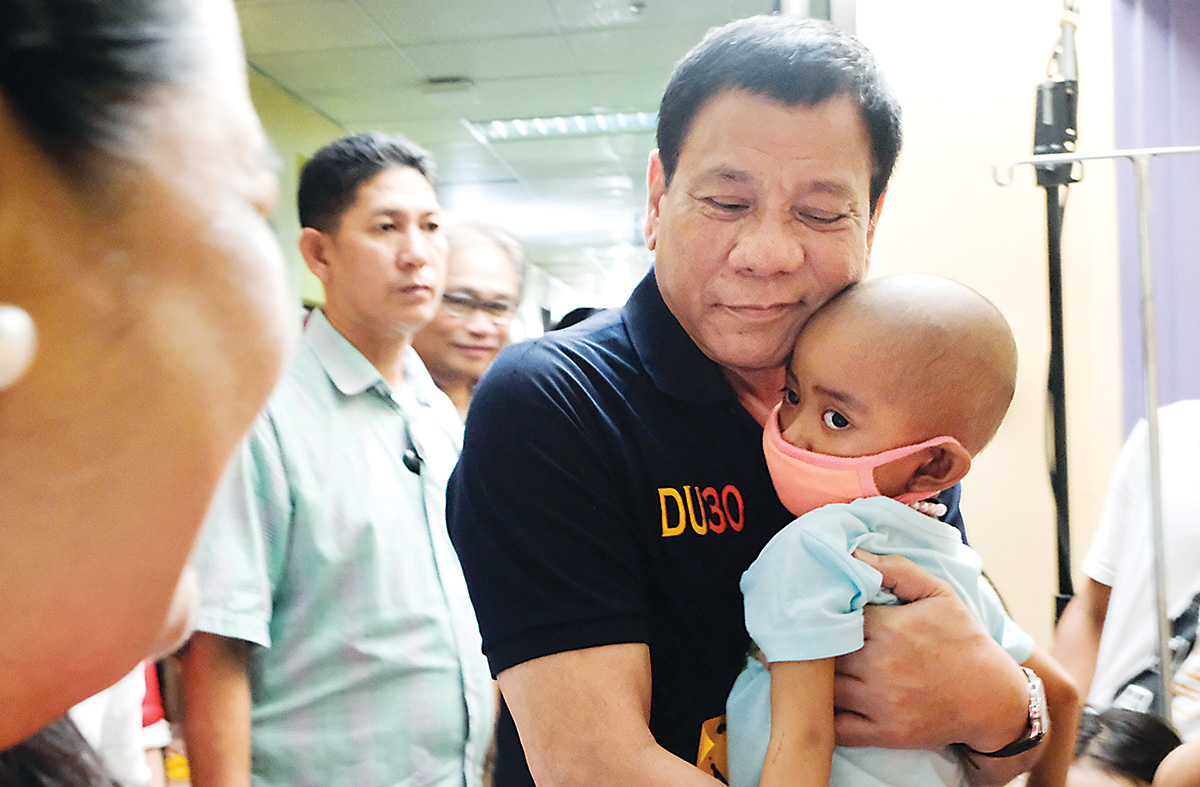 Duterte visits kids with cancer on Christmas Eve