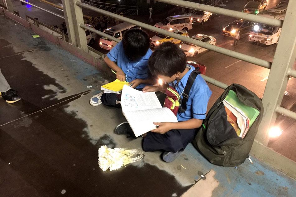 Viral: Brothers sell sampaguita while studying