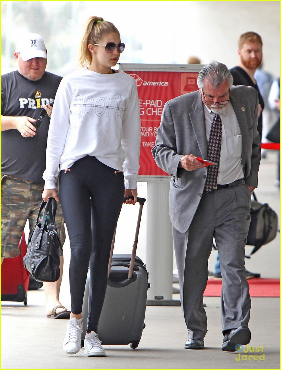 This is what artistas wear to the airport