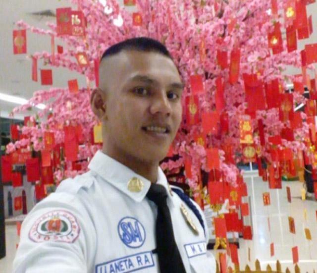 LOOK: Filipino mall guard returns Dh36,000