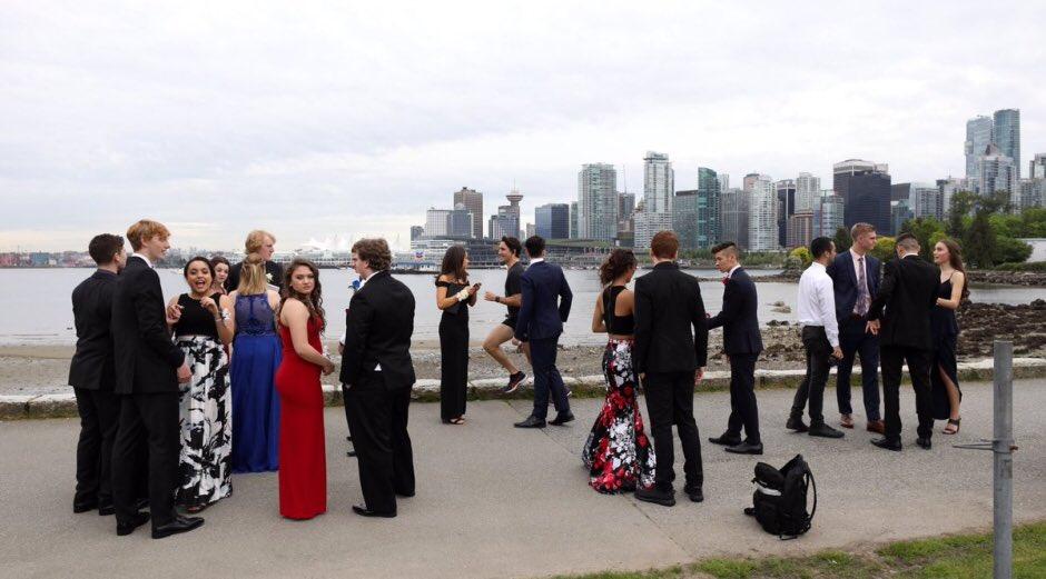 LOOK: Justin Trudeau photobombs prom kids