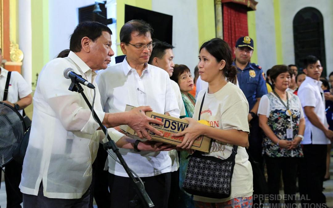 Duterte hands out food, cash assistance to fire victims near Malacañang