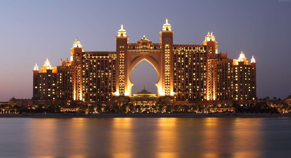 Spend a night, score free breakfast, dinner at Atlantis