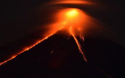 Thousands flee as Mayon volcano threatens big eruption