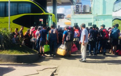 Thousands leave Boracay on day 1 of closure