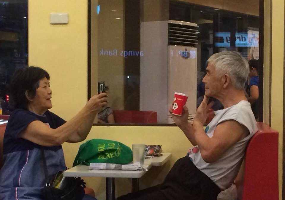 VIRAL: Elderly couple in Jollibee proves 'may forever'