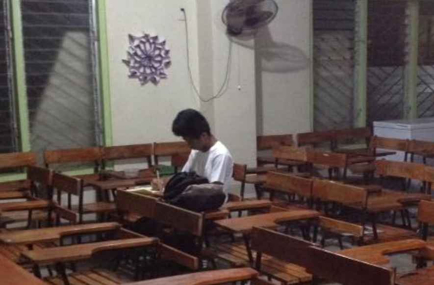 LOOK: Student stays behind class, proves dedication to studies