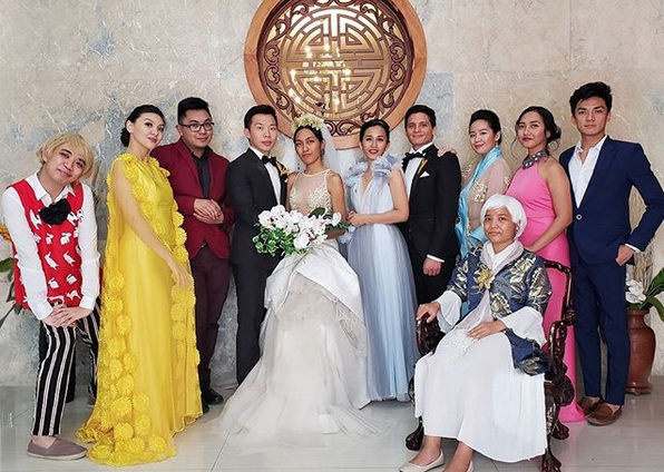 "Pinoy group imitates ""Crazy Rich Asians"" costumes"