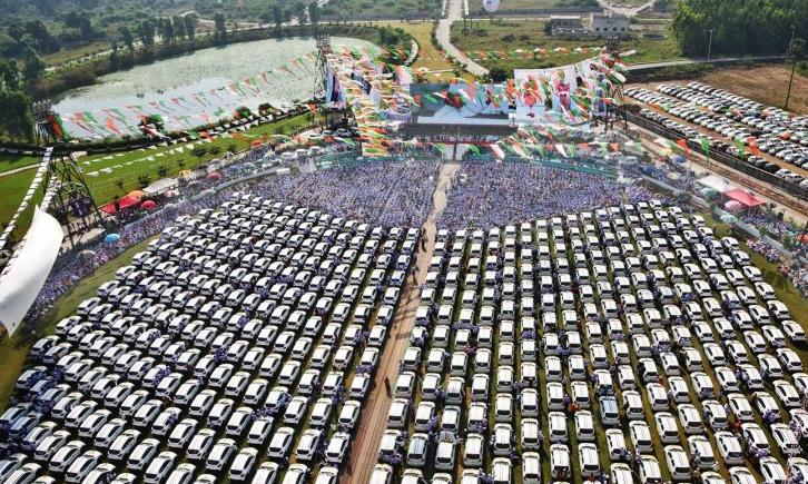 Diamond merchant gifts 600 brand new cars, cash to staff