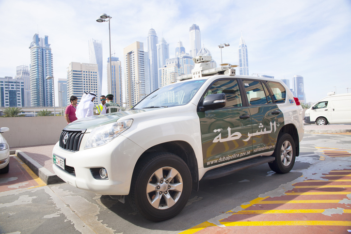 Dubai Police assists Omani family of 13 after vehicle breakdown