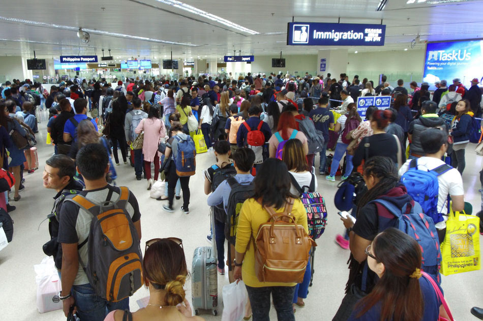 Immigration officers at NAIA banned from using phones while on duty