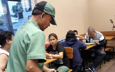 VIRAL: Netizens commend local PH fast food for hiring elderly man as service crew