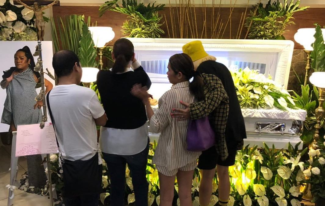 Filipino comedy stars gather at Chokoleit's wake