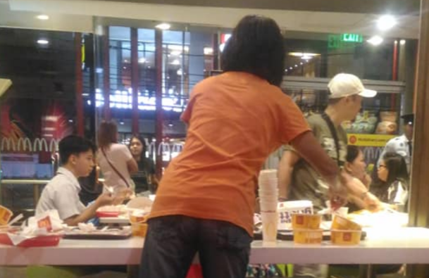 VIRAL: Mother helps service crew daughter clean tables at PH fast food