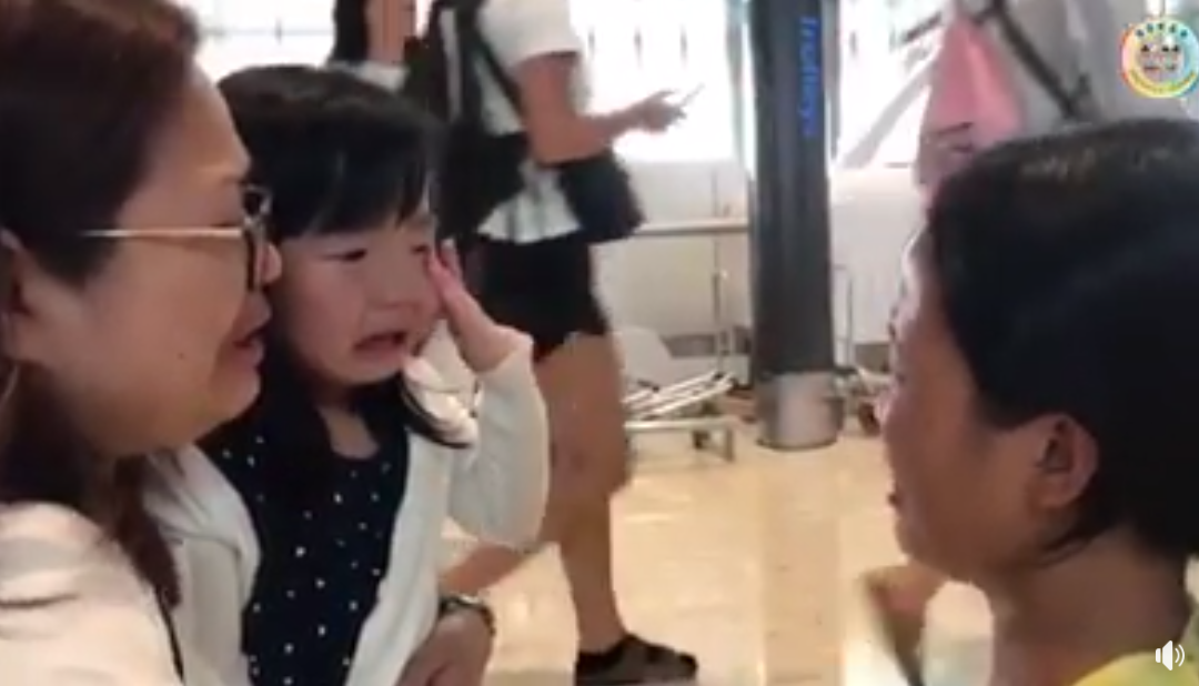 VIRAL: Little kid cries at airport as Filipina housemaid leaves for PH