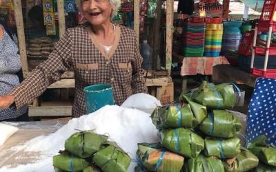 Bohol vendor uses banana leaves to wrap salt instead of plastic