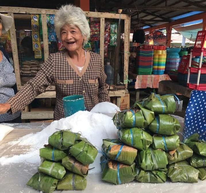 Bohol vendor uses banana leaves to wrap salt instead of plastic