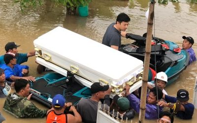 'Floating kabaong': Burial pushes through amid chest deep flood waters