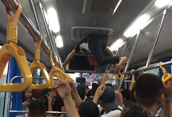 LOOK: Bus conductor acts like 'Spiderman' in vehicle with jampacked commuters
