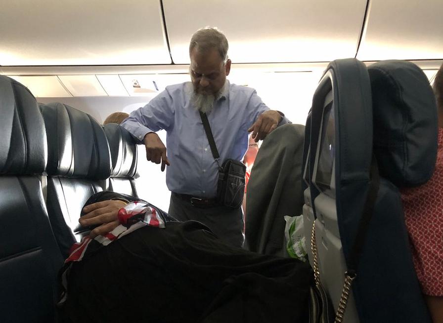 Man endures six hours of standing in flight so wife could sleep