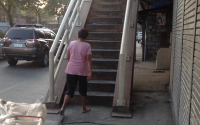 Son thanks mom who ran barefoot to give his lunch that he has forgotten in his rush for school