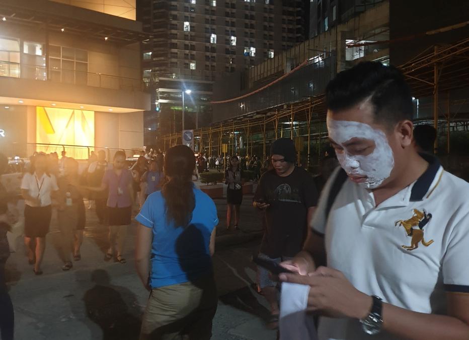LOOK: Pinoy evacuates with facial mask amid quake in Mindanao