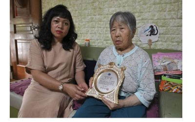 Filipina receives honor for taking care of mother-in-law in South Korea