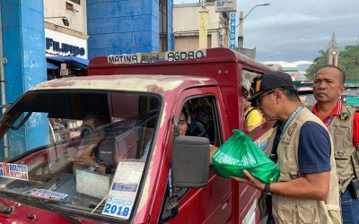 Traffic enforcers in Davao give Christmas gift to motorists