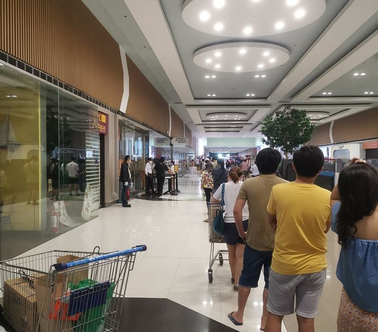 LOOK: People in PH violate quarantine on Mother's Day, reportedly disregard social distancing to buy cake